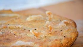 平的面包用烟肉和葛缕子籽 免版税库存照片