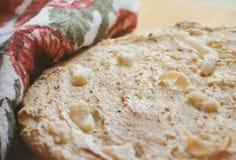 平的面包用烟肉和葛缕子籽 免版税库存图片