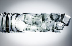 水平的鸡尾酒杯充满冰块 图库摄影