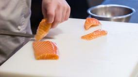 水平的移动式摄影车射击了厨师切口三文鱼  股票视频