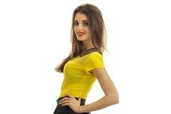 水平的画象微笑的可爱的年轻浅黑肤色的男人一件黄色女衬衫的和有红色唇膏的 免版税库存图片