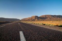 平直的柏油路在摩洛哥的沙漠 库存图片