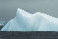 平稳蓝色的冰山 库存图片