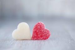 水平红色和白色情人节糖果的心脏 免版税库存照片