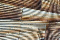 水平老生锈的波纹状的钢的墙壁- 库存照片