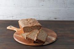 水平自创黑暗的黑麦面包 免版税库存图片