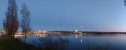 平行的宇宙的湖反射 免版税库存照片