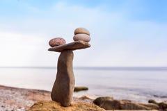 平衡一些个小卵石 免版税库存图片