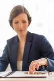 平衡书的女实业家 免版税库存照片