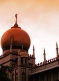 平衡伊斯兰清真寺的大厦 免版税库存图片
