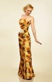 平衡俏丽的妇女年轻人的礼服 免版税库存照片