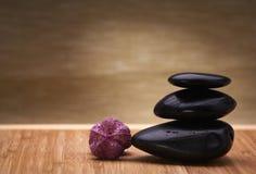 平衡向禅宗扔石头 库存照片