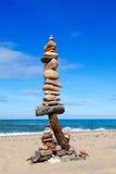 平衡和世故石头 晃动在蓝天和海背景的禅宗  免版税库存图片