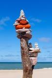 平衡和世故石头 晃动在蓝天和海背景的禅宗  免版税库存照片