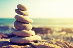 平衡和和谐的概念。在海的海岸的岩石 库存照片