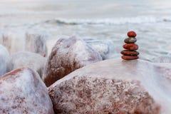 平衡和和谐的概念 冬天岩石禅宗 库存图片