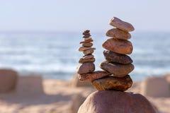 平衡和和谐的概念 在海的海岸的岩石 库存图片
