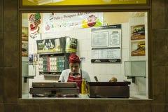 平衡哈瓦那的快餐报亭 免版税库存照片