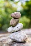 平衡在互相的光滑的石头在庭院设置 库存照片