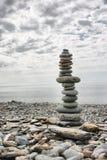 平衡在其中每一顶部的石头做一个高塔在海滩 库存图片