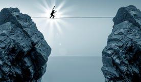 平衡在天空的绳索上流的人 免版税图库摄影