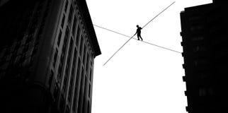平衡在天空的绳索上流的人 图库摄影