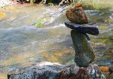 平衡在山河的湿石头 库存图片