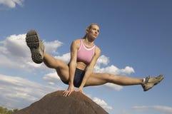 平衡在岩石的少妇 图库摄影