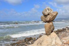平衡在峭壁的岩石 免版税库存照片
