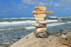 平衡在峭壁的岩石 免版税库存图片