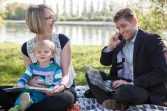 平衡在工作和家庭生活之间 库存图片