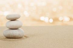 平衡在沙子的禅宗石头在白色 库存照片