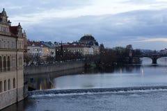 平衡在河伏尔塔瓦河上的冬天布拉格市从查理大桥,捷克 免版税图库摄影
