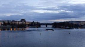平衡在河伏尔塔瓦河上的冬天布拉格市从查理大桥,捷克 库存照片