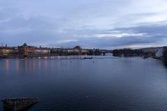 平衡在河伏尔塔瓦河上的冬天布拉格市从查理大桥,捷克 免版税库存照片