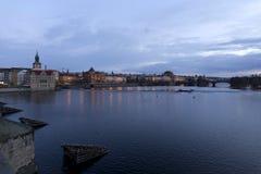 平衡在河伏尔塔瓦河上的冬天布拉格市从查理大桥,捷克 免版税库存图片