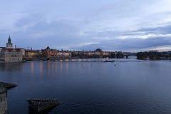 平衡在河伏尔塔瓦河上的冬天布拉格市从查理大桥,捷克 图库摄影