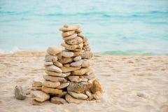 平衡在沿海禅宗岩石的石头在海滩 风水平衡 免版税库存照片