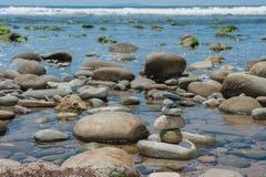 平衡在浪潮水池 库存图片