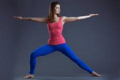 平衡在演播室的运动少妇的图象 免版税库存照片