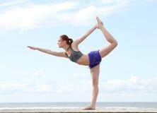 平衡在瑜伽位置的一条腿的少妇 库存照片