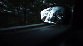 平衡在移动驾车的旁边镜子的街道的反射在一个小地中海镇 有雾的路 影视素材