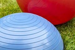 平衡在绿草的训练球 免版税库存照片