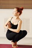 平衡在脚趾技巧的妇女  免版税库存图片
