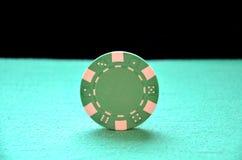 平衡在边缘的绿色芯片 免版税图库摄影
