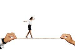 平衡在绳索的害怕的妇女 库存图片
