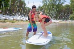 平衡在paddleboard 免版税图库摄影