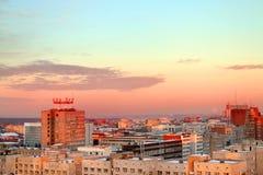 平衡城市的大厦反对美丽的天空 图库摄影