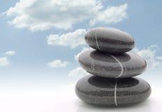 平衡堆向湿扔石头 图库摄影