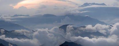 平衡多小山有薄雾的区 免版税库存照片